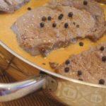 Bifes com Molho de Queijo e Pimenta Preta