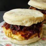 Hambúrguer de Frango com Cebola Roxa em Bolo do Caco