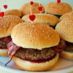 Hambúrgueres com Bacon e Cebola Roxa