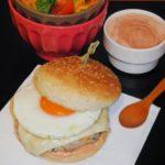 Hambúrgueres de Peru com Courgette, Queijo, Ovo Estrelado e Molho de Iogurte