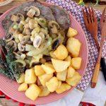 Iscas de Porco com Cebolada e Cogumelos